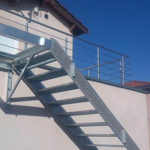 Escalier métallique avec rampe