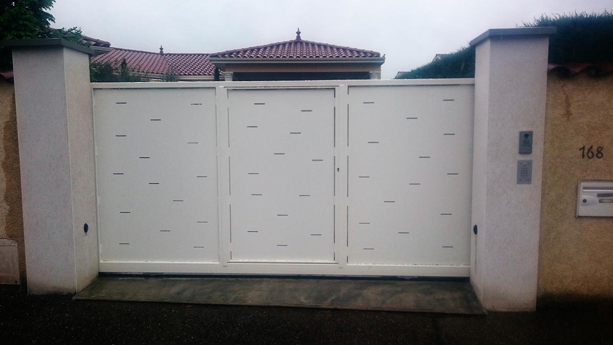 Portails acier lyon portails aluminium lyon mions portail for Portail coulissant avec portillon