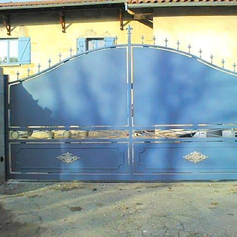 Portail coulissant métal bleu