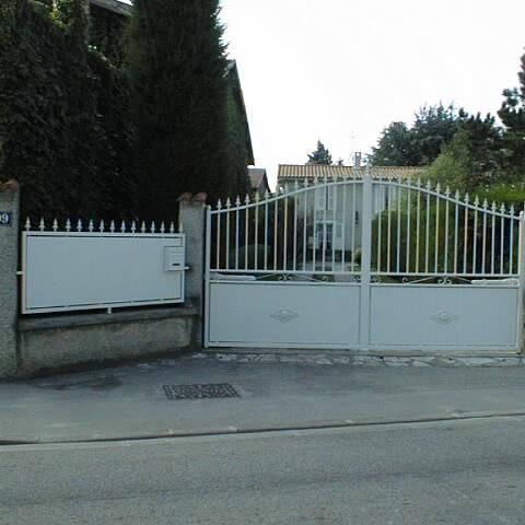 Portail métal et panneau de clôture
