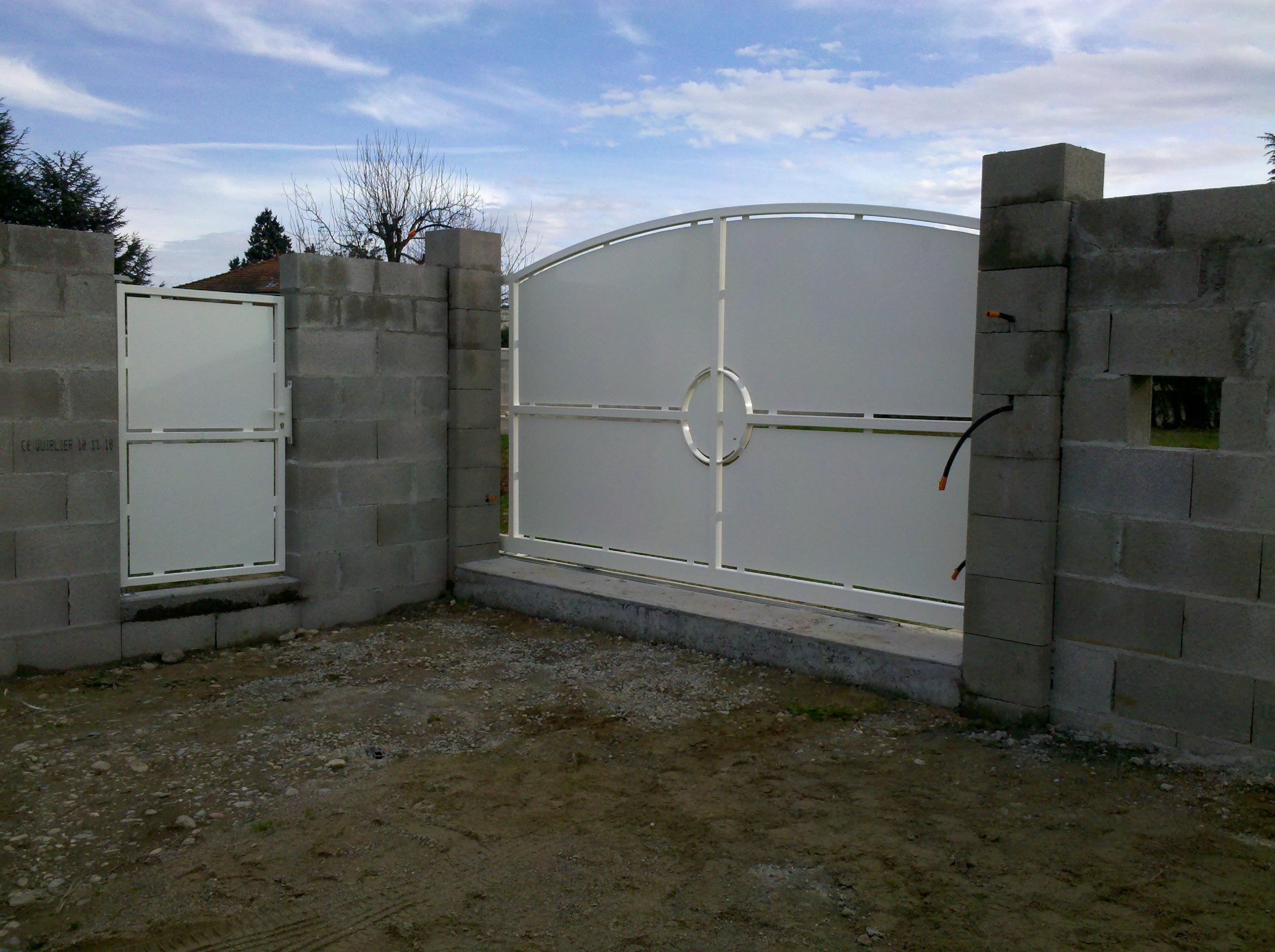 Portails acier lyon portails aluminium lyon mions portail for Portail portillon