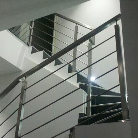 Rampes d 39 escalier int rieur et ext rieur lyon mions portail for Escalier alu exterieur